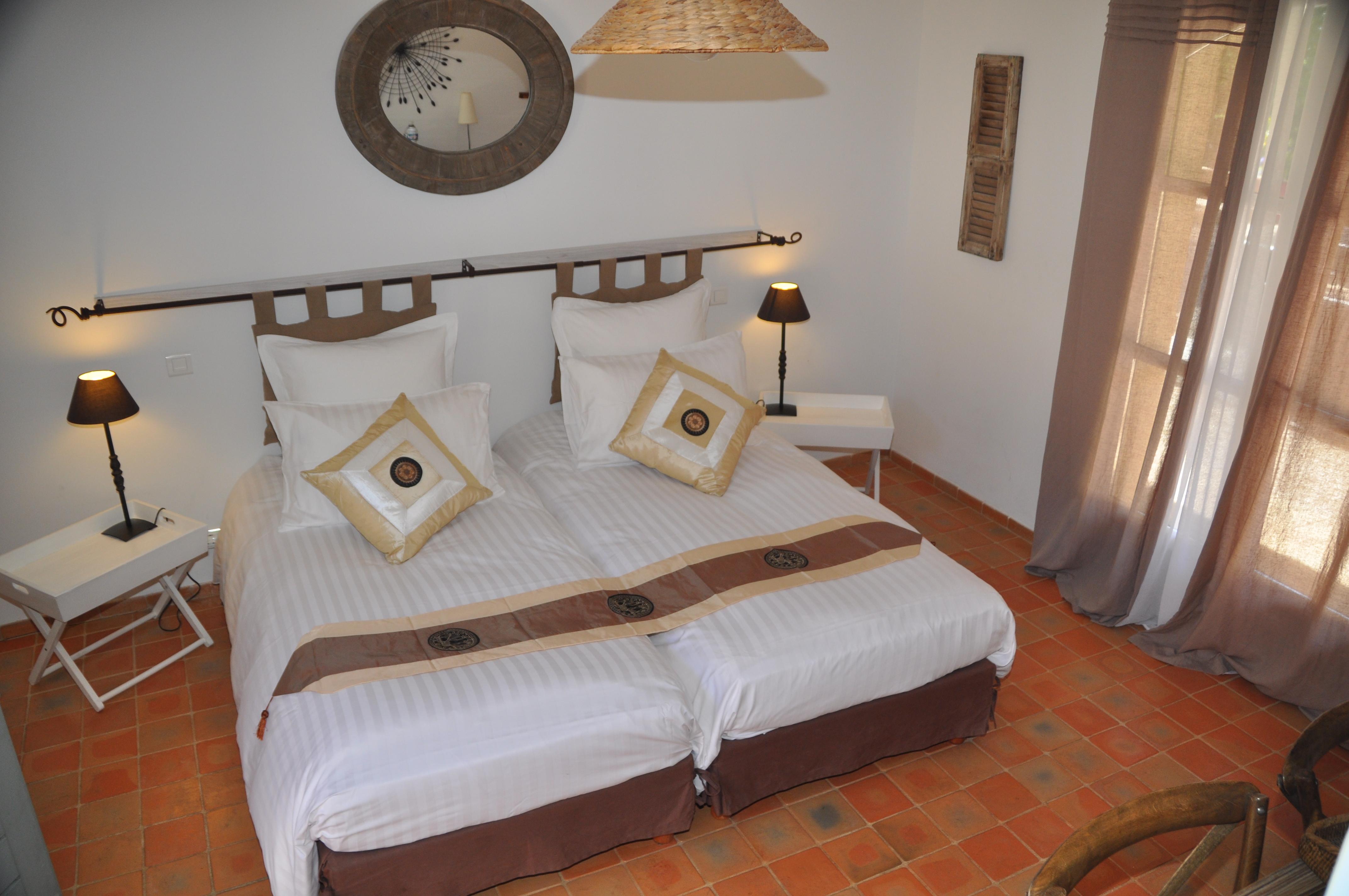 La chambre de charme beige en provence chambres d 39 h tes de for Chambre de charme provence