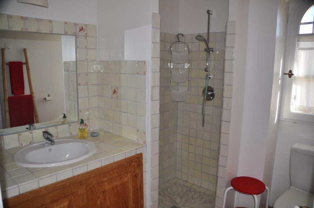 La salle de bain rouge chambres d 39 h tes de charme en provence le clos g - Salle de bain en rouge ...