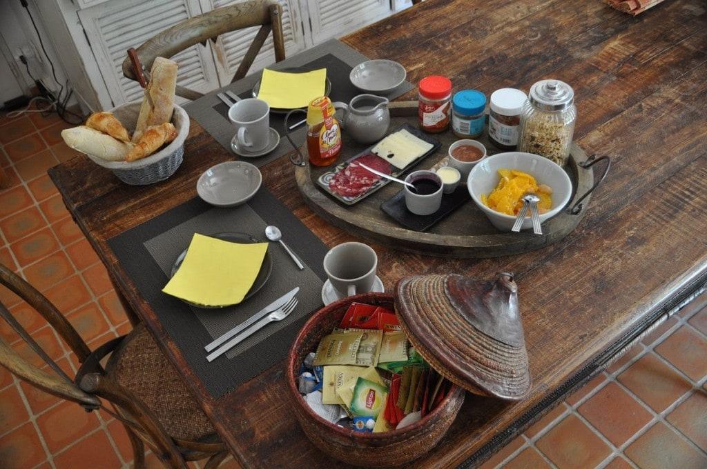 Le petit déjeuner servi à la table du Clos Geraldy