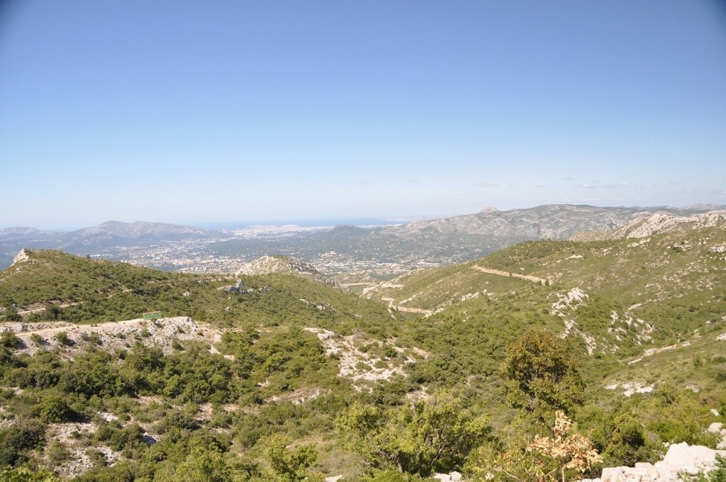 Le Col de l'Espigoulier qui surplombe au loin la ville de Marseille